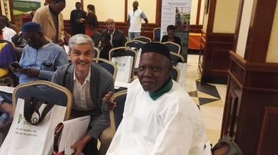 Nicolas accompagné d'un partenaire de la coopérative I.C.O.N pour l'accès à une meilleure nutrition en Afrique (en partenariat avec le réseau ASHOKA et CTA). Photo 12 : Gabriel prépare une intervention