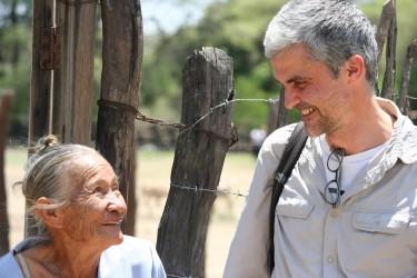 Nicolas échange avec les communautés rurales au Pérou dans la région de Piura pour évaluer les impacts d'un projet développé avec le partenaire GoodPlanet finance un projet de RNA (régénération naturelle assistée ) et plantation de moringa.
